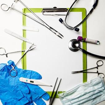 Narzędzia lekarza na niebieskiej powierzchni. pojęcie medyczne