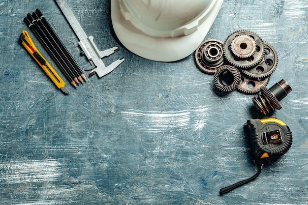 Narzędzia maszynowe ustawione na ciemny drewniany