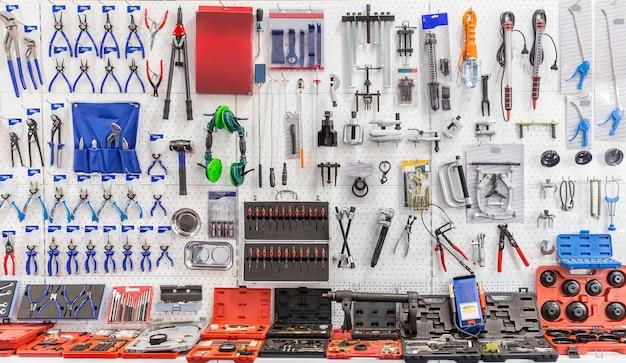Narzędzia mechaniczne do serwisu i naprawy samochodów.