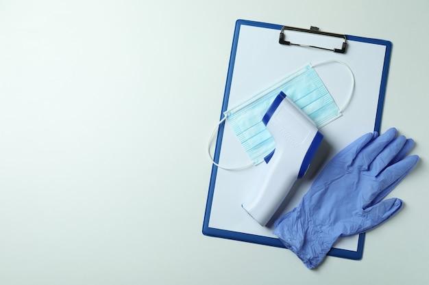 Narzędzia medyczne i pistolet termometr na białym tle