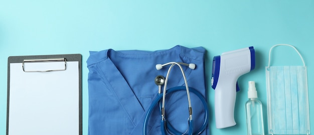 Narzędzia medyczne i pistolet termometr na niebiesko