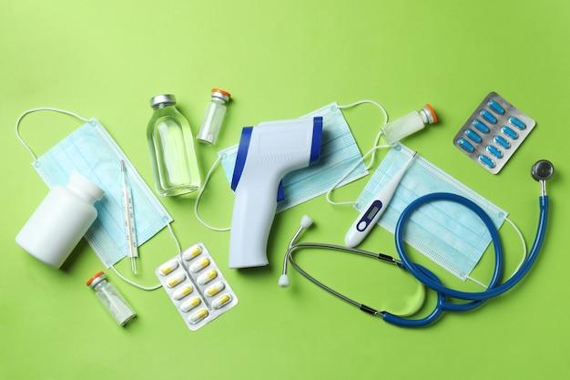 Narzędzia medyczne i pistolet termometr na zielono