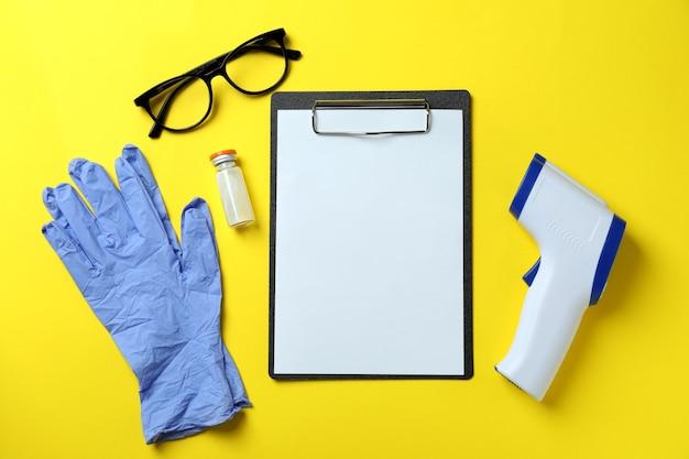 Narzędzia medyczne i pistolet termometr na żółto