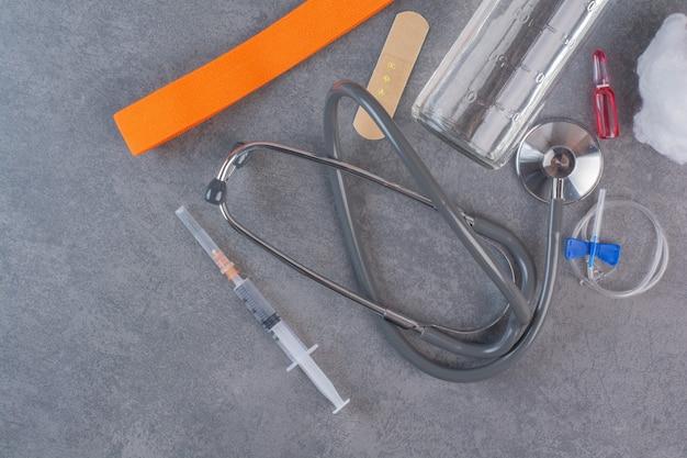 Narzędzia medyczne ustawione na marmurowym stole.