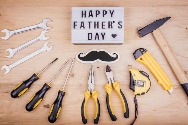 Narzędzia naprawcze - młotek, wkrętaki, klucze nastawne, szczypce. mężczyzna koncepcja na dzień ojca