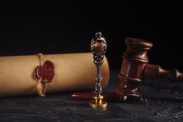 Narzędzia notariusza z pieczęcią i drewnianym młotkiem
