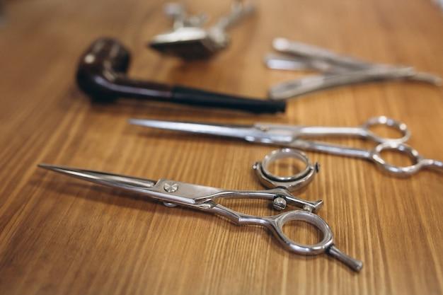 Narzędzia od zakładu fryzjerskiego na drewnianym tle
