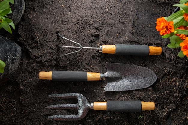 Narzędzia ogrodnicze do rozpoczęcia małego zestawu do uprawy roślin w ogrodzie