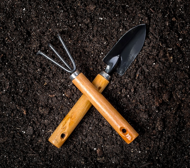 Narzędzia ogrodnicze na zwykłej glebie