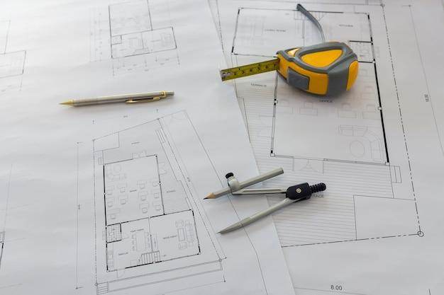 Narzędzia pomiarowe i dzielniki lub kompasy na plan, koncepcja architektoniczna