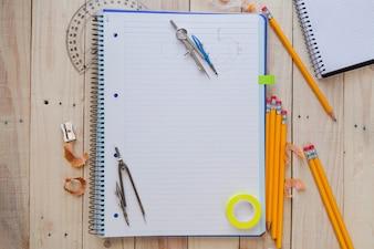 Narzędzia pomiarowe i rysunki na papierze