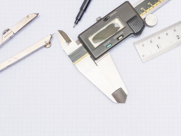 Narzędzia pomiarowe na papierze milimetrowym