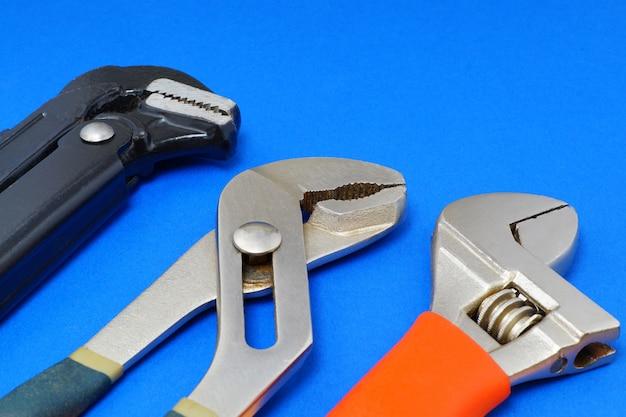Narzędzia pracy hydrauliczne na niebieską ścianą