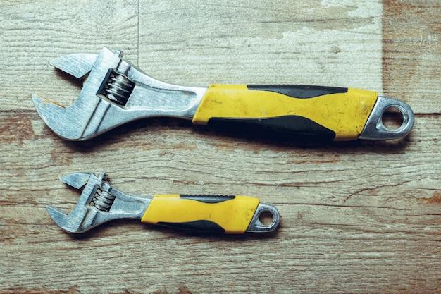 Narzędzia pracy na drewnianym rustykalnym. widok z góry