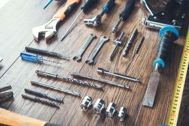 Narzędzia pracy na tle drewniany stół