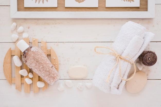 Narzędzia prysznicowe umieszczone na drewnianym stole