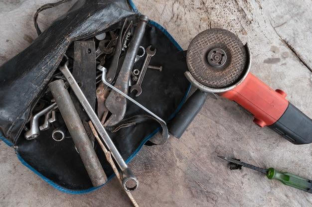 Narzędzia ręczne ze starym kluczem do rdzy, śrubami, kluczami, piłą tarczową