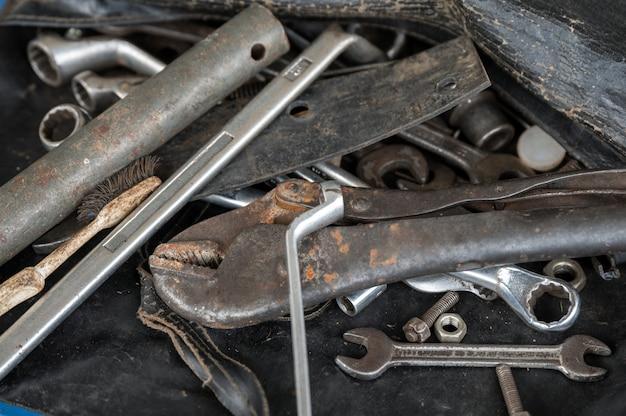 Narzędzia ręczne ze starym kluczem do rdzy, śrubami, kluczami