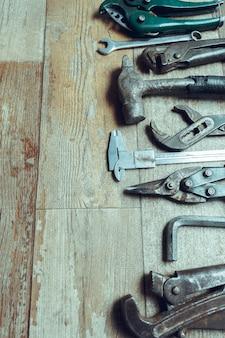Narzędzia robocze na drewnianej podłodze rustykalnej. widok z góry