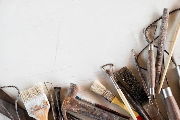 Narzędzia rzeźbiarskie. narzędzia sztuki i rzemiosła na białym tle.