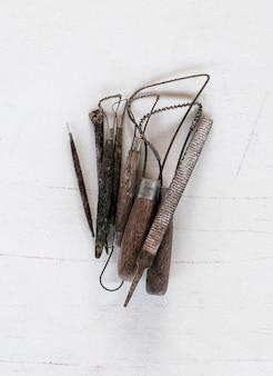 Narzędzia rzeźbiarskie. sztuki i rzemiosła narzędzia na białym tle.