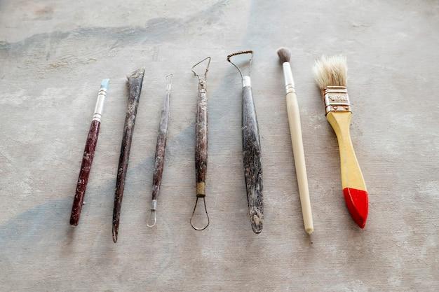 Narzędzia rzeźbiarskie. sztuki i rzemiosła narzędzia na rocznika drewna tle. zbliżenie.