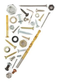 Narzędzia sprzętowe na białym tle na białej ścianie