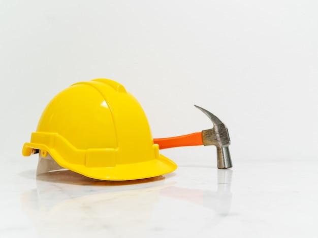 Narzędzia sprzętu inżynier umieścić na białym marmurze licznika