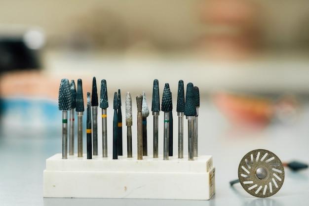 Narzędzia szlifierskie i wiertła dla techników dentystycznych.