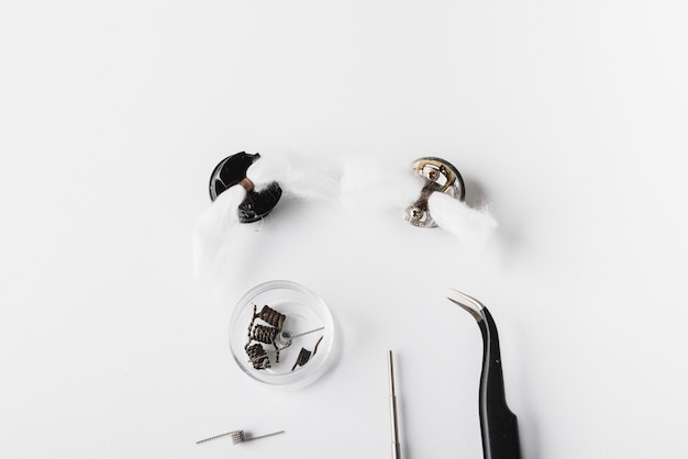 Narzędzia vaping z białym tłem, rda, cewka, bawełna
