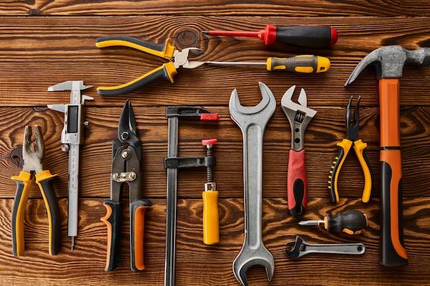 Narzędzia warsztatowe, widok zbliżenie, drewniany stół. profesjonalny instrument, sprzęt stolarski lub budowlany, narzędzia stolarskie