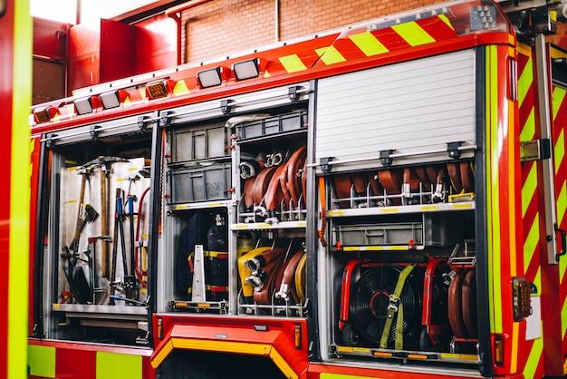 Narzędzia wodne i węże w samochodzie strażackim