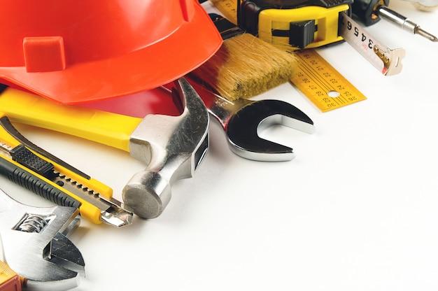 Narzędzie do budowy domu lub naprawy mieszkania, na białym tle. miejsce pracy majstra. temat naprawy i budowy domu i profesjonalistów.