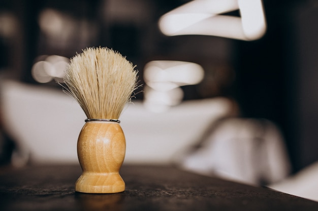 Narzędzie do golenia elementów pędzlem, z bliska w sklepie berber