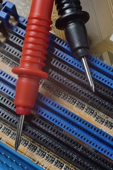 Narzędzie do naprawy elektroniki leży na płycie głównej komputera. zbliżenie.