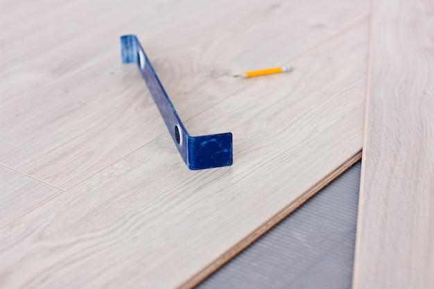 Narzędzie do układania paneli laminowanych i paneli laminowanych