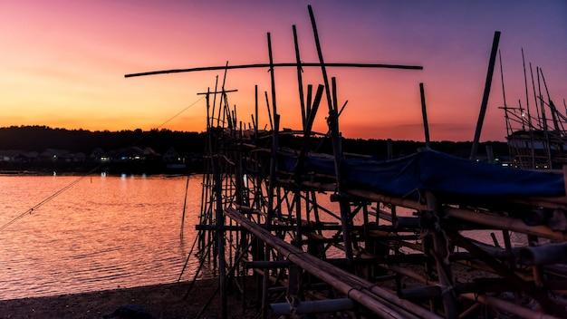 Narzędzie połowów rybaka o zmierzchu, phang nga