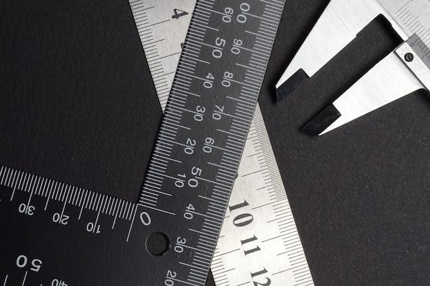 Narzędzie pomiarowe, linijka kwadratowa i suwmiarka