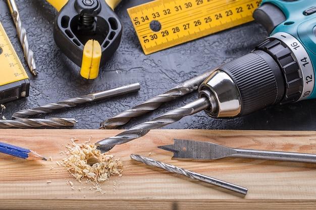 Narzędzie robocze na drewnianym. zestaw narzędzi.