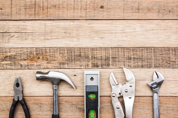 Narzędzie stolarskie do wiertarki udarowej do obróbki drewna itp. do ręcznego budowania konstrukcji, sprzęt dla przemysłu drzewnego nakładany na drewniany bakcground.