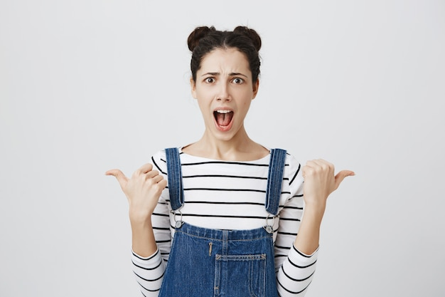 Narzekająca kobieta wskazująca w bok i krzycząca