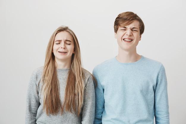 Narzekało dwoje jęczącego rodzeństwa. dziewczyna i facet krzywiący się