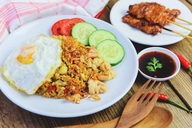 Nasi goreng smażony kurczak ryżowy z indonezyjskim jajkiem azjatyckim