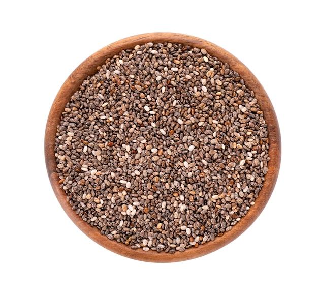 Nasiona chia w drewnianej misce, na białym tle.