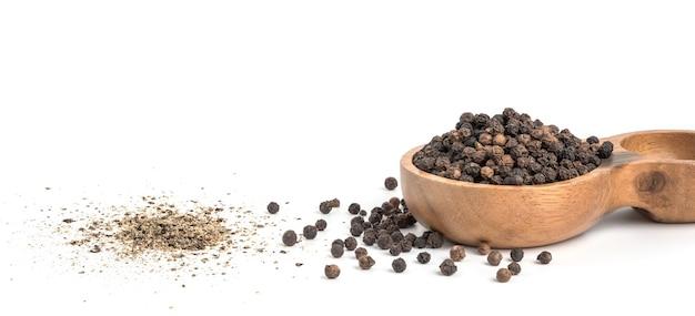 Nasiona czarnego pieprzu w drewnianej misce