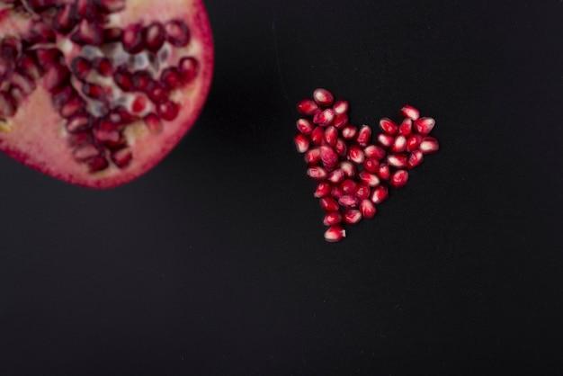 Nasiona granatu o kształcie serca i pół granatu