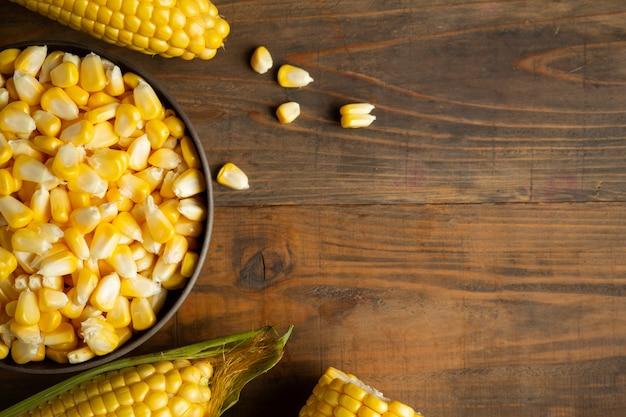 Nasiona i kukurydza na drewnianym stole.