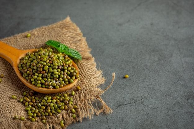 Nasiona kiełków w drewnianej łyżce