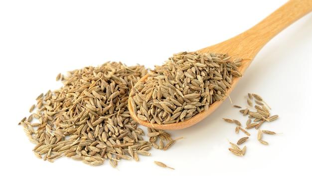 Nasiona kminku w drewnianą łyżką