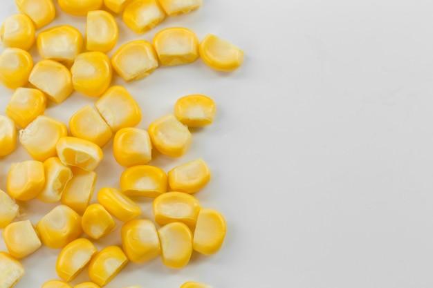 Nasiona kukurydzy na białym tle